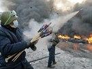 Situace v ulicích Kyjeva připomíná válku. Demonstranti odpalují proti...
