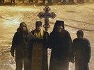 Skupina pravoslavných kněžích stojí nedaleko policejních zátarasů v centru...