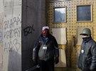 Dva opoziční protestující hlídají u dveří ukrajinského ministerstva zemědělství...