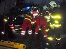 Hasiči  vyprošťují lidi ze zničeného osobního vozu. (20. ledna 2014)