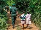 Kamerunsk� d�ti, kter� p�ed p�r dny absolvovaly cestu Toulav�m autobusem do...