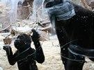 Nuru s mámou Kijivu paběrkují na skle zbytky po Richardovi...