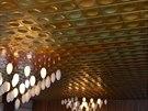 Strop společenského sálu ve Šternberku, jenž zdobí stejné hliníková výlisky...