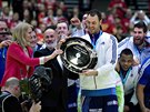 Francouzský kapitán Jerome Fernandez přebírá trofej pro házenkářské mistry...