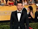 Bradley Cooper přijel na ceny SAG s přítelkyní, na červený koberec ji ale...