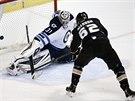 40 ZÁKROKŮ. Tolik střel zastavil Ondřej Pavelec v nočním utkání NHL, v němž...