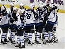 RADOST Z VÍTĚZSTVÍ. Hokejisté Winnipegu oslavují výhru nad vedoucím týmem...