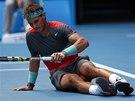 OPATRNĚ. Rafael Nadal se zvedá po pádu v osmifinále Australian Open.