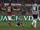 KLEČÍCÍ NEŠŤASTNÍK. Arturo Vidal z Juventusu Turín (uprostřed) si spílá za