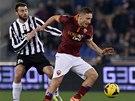 HLAD PO MÍČI. Francesco Totti z AS Řím (vpravo) se vrhá za balonem, pokouší se