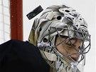 ZAVŘENÉ OČI. Brankář Pittsburghu Marc-Andre Fleury čelí střele na hlavu.