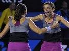 Sara Erraniová (vpravo) a Roberta Vinciová se radují ve finále čtyřhry na