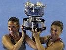 Sara Erraniová (vpravo) a Roberta Vinciová pózují s trofejí pro vítězky čtyřhry na Australian Open.