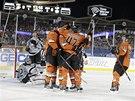 Radost hokejistů Anaheimu po gólu v síti Los Angeles v utkání NHL pod širým