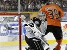 Brankář Los Angeles Jonathan Quick inkasuje, v utkání NHL pod širým nebem ho