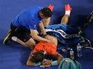 V PÉČI FYZIOTERAPEUTA. Rafael Nadal ve finále Australian Open.
