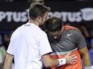 VÍTĚZ UTĚŠUJE PORAŽENÉHO. Stanislas Wawrinka a Rafael Nadal po finále
