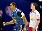 Francouzský házenkář Daniel Narcisse jásá ve finále ME proti Dánsku.