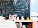 Stěna natřená tabulovou černí nahrávající tvořivosti je i v dětském pokojíku.