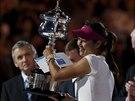 Čínská tenistka Li Na s trofejí pro vítězku ženské dvouhry na Australian Open.