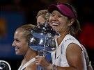 Čínská tenistka Li Na (vpravo) s trofejí pro vítězku ženské dvouhry na...