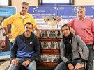Po příjezdu do Ostravy si u Davis Cupu zapózovali nehrajicí kapitán Jaroslav...