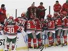 Hokejisté New Jersey poslouchají pokyny od trenéra Petera DeBoera.