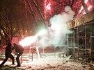 Demonstrant h�z� petardu na policisty v centru Kyjeva.