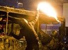 Demonstranti v centru Kyjeva h�zeli na policisty petardy a d�lbuchy.