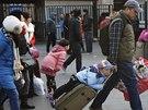 Na hlavní nádraží v Pekingu přicházejí davy lidí, všichni cestují za svými...