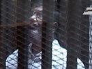 Svržený prezident Muhammad Mursí soud neuznává. Vypovídat odmítl. Snímek...