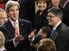 Ministr zahraničí John Kerry a ministr financí Jack Lew naslouchali Obamově...