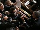 Po projevu rozdával americký prezident autogramy.