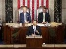 Za Barackem Obamou sedí viceprezident Joe Biden (vlevo) a předseda Sněmovny reprezentantů John Boehner.