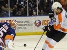 Anders Nilsson (45) z NY Islanders vyr�� pokus  Seana Couturiera z...