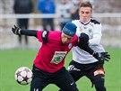 Mladoboleslavský David Jarolím (v růžovém) si kryje míč v přípravném duelu s...
