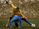 Ostravský fotbalista Filip Kaša (dole) bojuje o míč s jihlavským Markem Jungrem.
