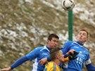 Jihlavský fotbalista Karol Karlík (ve žlutém) bojuje s přesilou před brankou...