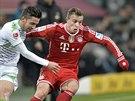 Xherdan Shaqiri (vpravo) z Bayernu Mnichov nahání Juliana Korba z...