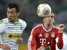 Juan Arango (vlevo) z Mönchengladbachu a  Philipp Lahm z Bayernu Mnichov...