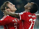Mario Götze (vlevo) a David Alaba slaví gól Bayernu Mnichov,