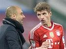 Pep Guardiola, trenér Bayernu Mnichov, předává pokyny Thomasi Müllerovi.