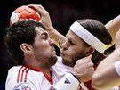 Dánský házenkář Mikkel Hansen (v červeném) se probíjí přes Jakova Gojuna z...