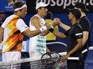 KONEC DOBRÝ, VŠECHNO DOBRÉ. Eric Butorac (vpravo) s Ravenem Klaasenem (druhý zprava) pogratulovali Lukaszi Kubotovi (druhý zleva) a Robertu Lindstedtovi (zleva) k triumfu ve čtyřhře na Australian Open.