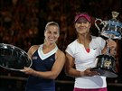 JEDNA VÍTĚZKA... A JEDNA PORAŽENÁ. Čínská tenistka Li Na (vpravo) hrdě pózuje s trofejí pro vítězku Australian Open, Slovenka Dominika Cibulková zase pyšně drží cenu pro poraženou finalistku.