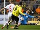 NEUSPĚL. Robert Lewandowski z Dortmundu (ve žlutém) v této šanci nastřelil jen...