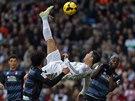 AKROBACIE. Záložník Realu Madrid Cristiano Ronaldo (v bílém) se proti Granadě...