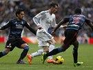 MEZI DVĚMA. Hvězda Realu Madrid Gareth Bale (uprostřed) se proplétá mezi dvěma...