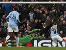 GÓL ČÍSLO 1. Sergio Agüero z Manchesteru City (vpravo) přesně pálí, gólman...