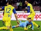 PÁD. Dries Mertens z Neapole padá na zem, všemu přihlíží Dario Dainelli z...